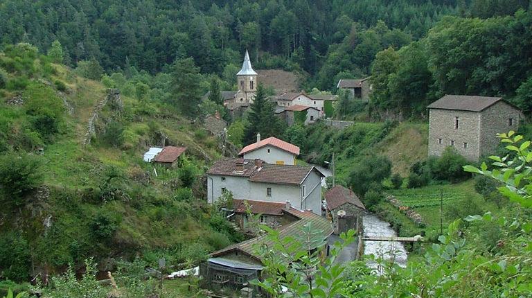 Village à l'abri de son vallon